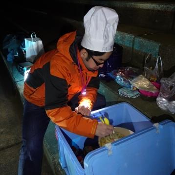 下準備した野菜を炒める古川シェフ